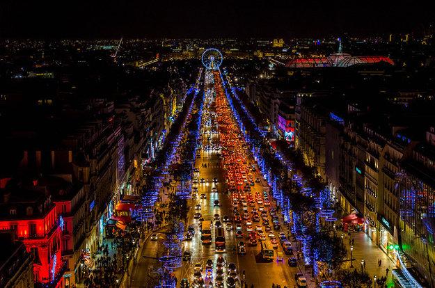 Legendárna parížska Champs-Élysées.