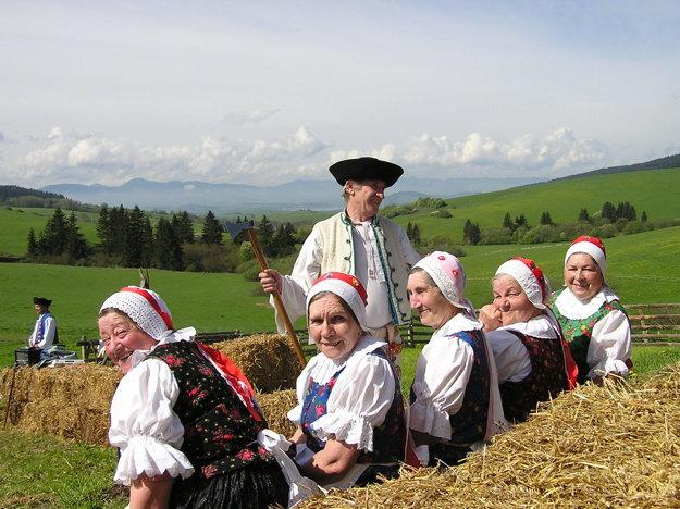 Členovia folklórneho súboru Lúčan.