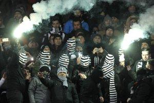 Fanúšikovia istanbulského klubu pred zápasom v Kyjeve.