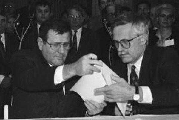 V Javorine podpísali 26.októbra 1992 predsedovia národných vlád Česka a Slovenska Václav Klaus (vpravo) a Vladimír Mečiar (vľavo) Memorandum  vlády Českej republiky a vlády Slovenskej republiky.