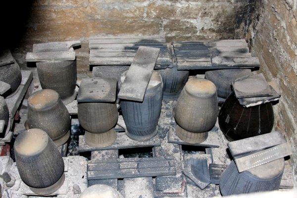 Vypálená keramika v poľnej peci. Pri vypaľovaní pred upchatím pece sú výrobky úplne rozžeravené.(Zdroj: Mario Hudák)