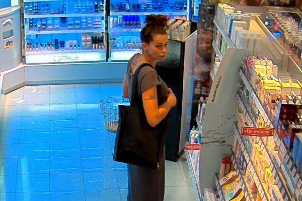 Takto vyzerá. Táto žena, podľa polície, kradne kozmetiku.