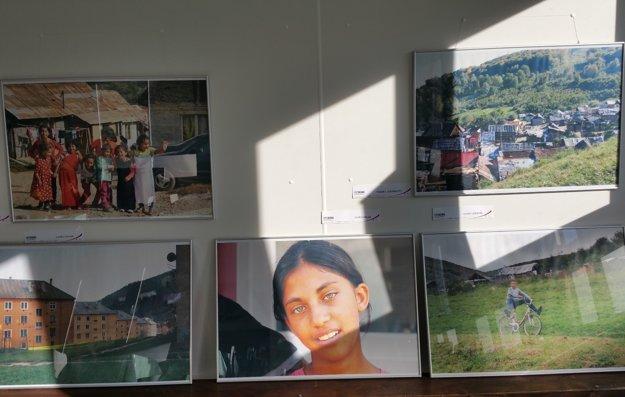 Na snímke časť fotografií z výstavy v Muránskej Dlhej Lúke v okrese Revúca, ktorá je výstupom projektu Fotoroma.