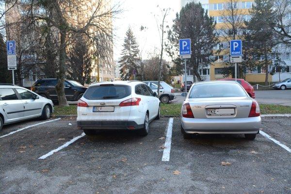Parkovacie miesta pre invalidov. Po 30. júni 2017 zmiznú z rezidentských lokalít všetky, ktoré sú vyhradené na konkrétne evidenčné čísla vozidiel.