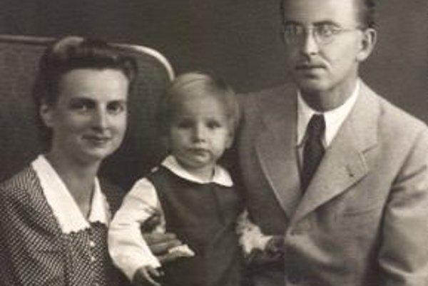 Advokát Štefan Lányi s rodinou okolo roku 1946.