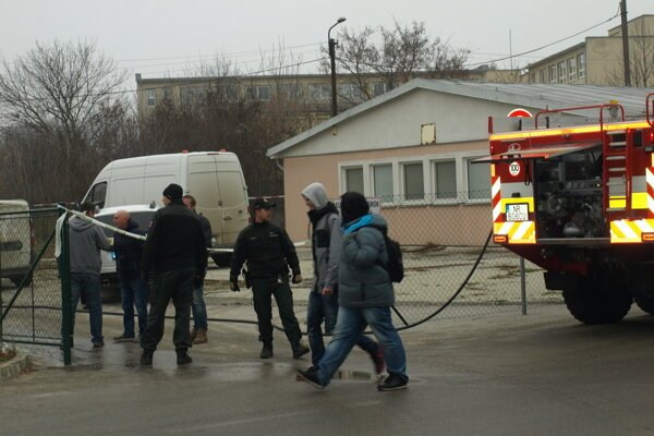 Na odstránení škôd pracovala polícia aj hasiči.