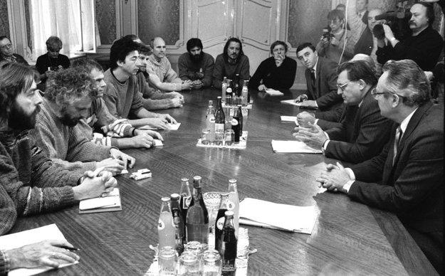 November 1989, vznik hnutia Verejnosť proti násiliu. Ján Langoš za vrchstolom.