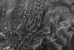 """Keď Salgadovu fotografiu zo Serra Pelada uvidel raz v galérii slávny režisér Wim Wenders, okamžite si ju kúpil. """"Odvtedy mi visí nad písacím stolom,"""" hovorí v dokumentárnom filme Soľ zeme."""