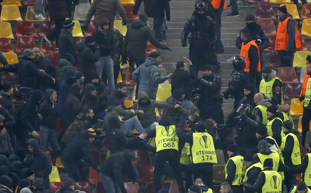 Potýčka rumunských policajtov s fanúšikmi Ríma počas  zápasu 6. kola  skupiny Európskej ligy Astra Giurgiu - AS Rím v Bukurešti. FOTO - TASR/AP