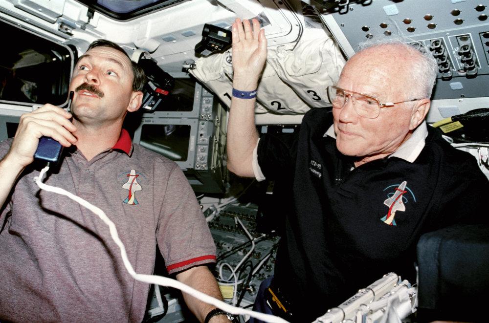 veliteľ misie STS-95 Curtis Brown (naľavo) a John Glenn počas tlačovej konferencie 31. októbra 1998 na palube lode Discovery.