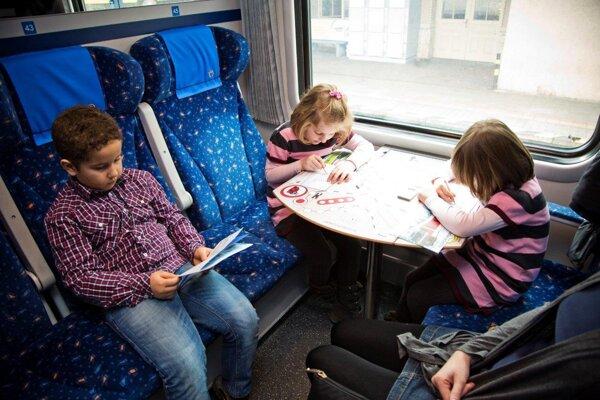 Deti v štátnom IC vlaku majú vydržať s hraním Človeče nehnevaj sa!