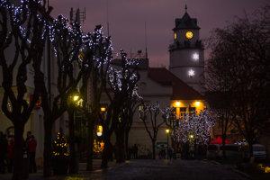 Mierové námestie v Trenčíne už dýcha vianočnou atmosférou.