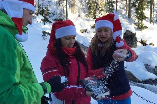 Krst knihy. Pri Bilíkovej chate posypali knihu snehom.