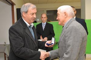 Milan Glovacký (vpravo) preberá cenu za dlhoročnú prácu vo futbalovom hnutí.