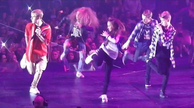 Justin Bieber a Sofia tancujúca v strede.