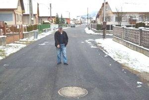 Jaroslav Sloboda ukazuje, kde sa mu na Jánošíkovej ulici stal úraz. Cesta je už opravená.