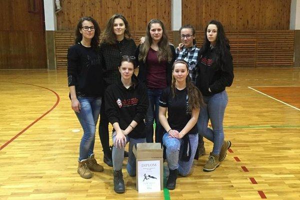 Zľava:  Klára Stopková, Adela Nekorancová, Anna Kolesárová, Petra Ryšianová, Romana Hrošová. Vpopredí Alexandra Neckárová aJúlia Banetková.