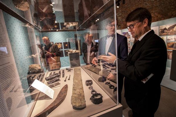 Zo slávnostného otvorenia výstavy Kelti z Bratislavy na Bratislavskom hrade. Na snímke zľava komisár výstavy Peter Barta a minister kultúry SR Marek Maďarič.