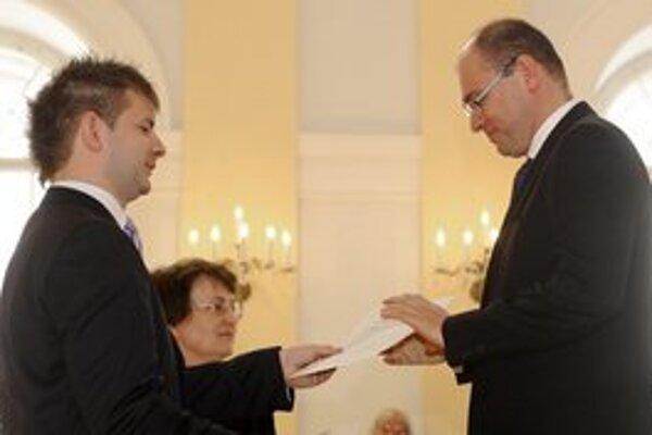 Richard Sulík si preberá osvedčenie o zvolení za poslanca.