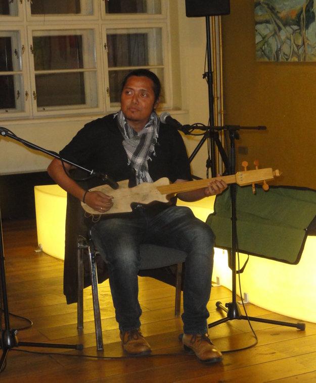 Textár a spevák Alakesh hral na vernisáži na tradičných indických nástrojoch. Uviedol slovensko-asámsko-anglické skladby.