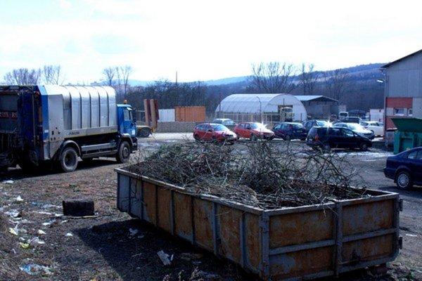 Areál firmy Ekobard v Bardejove. Mesto si kupuje páku na odpady. (Zdroj: Mario Hudák)