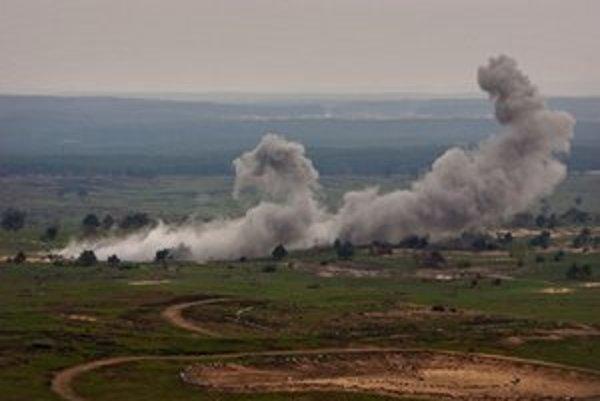 Pyrotechnici leteckej strelnice vo vojenskom priestore na Záhorí likvidujú nevybuchnutnú muníciu.