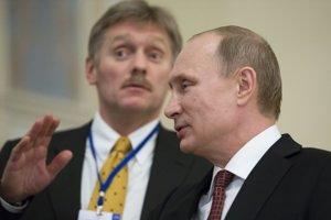 Na archívnej snímke z 12. marca 2015 ruský prezident Vladimir Putin (vpravo) odpovedá na otázky novinárov, keď sa hovorca moskovského Kremľa Dmitrij Peskov snaží stopnúť kladenie otázok po skončení mierových rozhovorov v bieloruskom Minsku.
