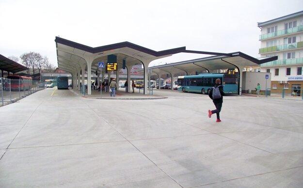 Medzi novou a starou časťou stanice je plot (vľavo).