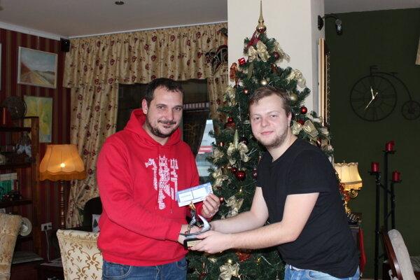 Zľava strelec najkrajšieho gólu Roman Majer a športový redaktor Ivan Mriška.