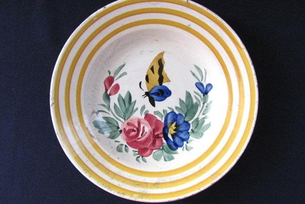 Tanier kameninový hlboký skvetinovým motívom amotýľom, 60. – 70. roky 19. storočia. Zbierkový fond Baníckeho múzea vRožňave.