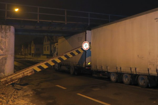 Ukrajinský vodič neodhadol výšku auta, takto to dopadlo.