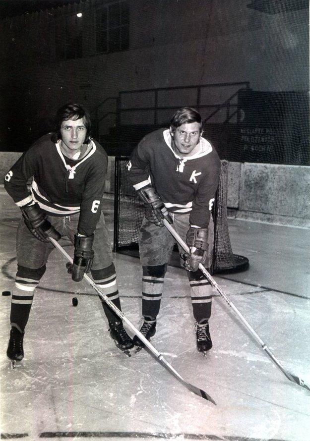 """Stanislav Horský (vpravo) a Ludvík Fíža. """"Podľa môjho názoru bol Fíža jedným z najlepších hokejistov, akí hrali za Topoľčany, ak nie priamo najlepší. V roku 1972 dostal reálnu ponuku hrať za ligové Vítkovice, lenže dve srdcia mienili ináč. V júli 1973 sa Ludvík oženil so Soňou Ferienčíkovou, našou reprezentantkou v stolnom tenise. A už sa z neho stal natrvalo Žochár,"""" dodal Stanislav Horský."""