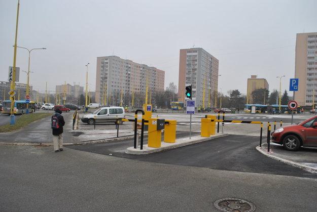 Jediné parkujúce auto na novom parkovisku.