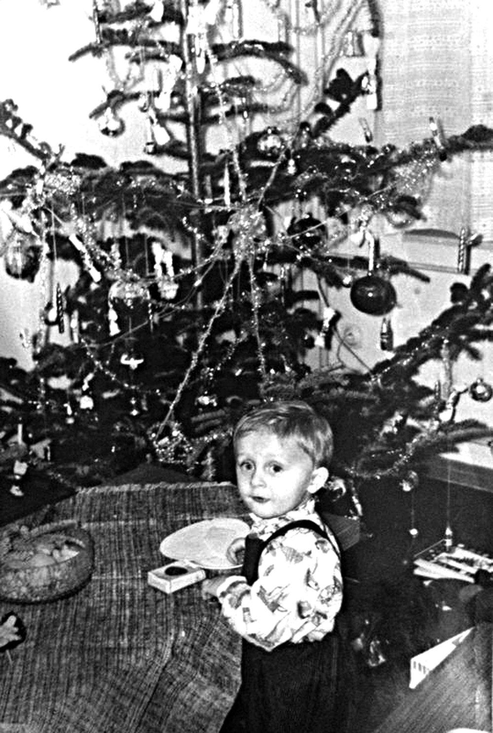 """Beťár Vilko. Okatý chlapček pózujúci pri vianočnom stromčeku nie je nikto iný, ako obľúbený """"anjel bez krídel"""" Vilo Rozboril."""