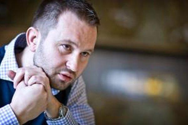 Pavol Pavlík robil dlhé roky novinára, potom prešiel do oblasti PR a teraz už hovorí za politickú stranu.