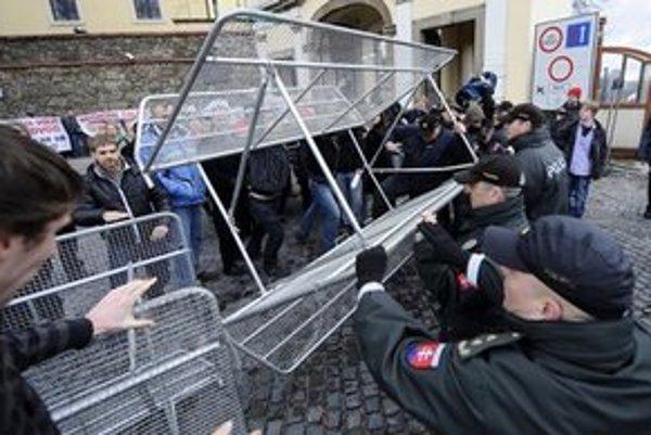 Hŕstka demonštrantov sa snažila prekonať zábrany.