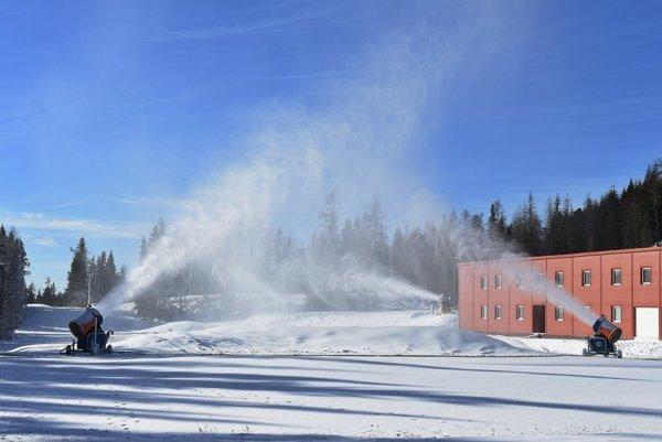 """Umelý sneh sa hromadí aj na bežeckých tratiach na Štrbskom Plese. Návštevníci budú môcť """"bežkovať"""" aj po zotmení."""