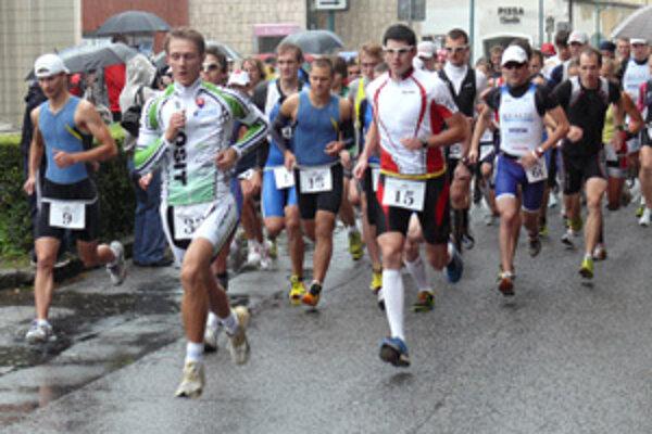 Štart pretekov na Hurbanovom námestí v Bojniciach.