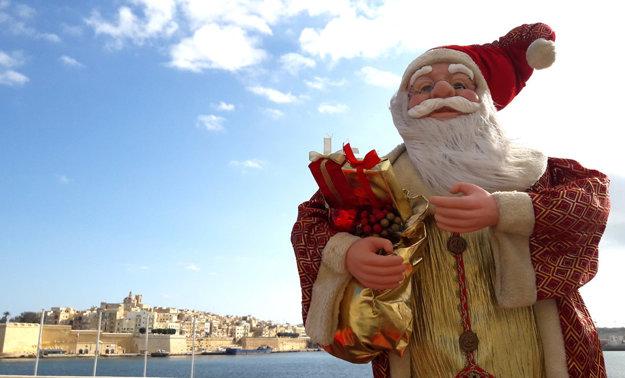 Napriek tomu, že na Malte nikdy nemrzne, Otec Vianoc zavíta aj sem.
