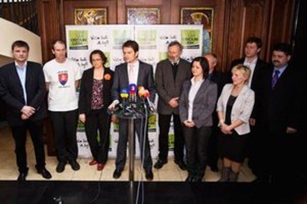 Okolo lídra Igora Matoviča (za mikrofónom) sa zišli budúci poslanci (zľava): Alojz Hlina, Štefan Kuffa, Eva Horváthová, Mikuláš Huba, Erika Jurinová, Martin Fecko, Mária Ritomská, Miroslav Kadúc a Igor Hraško.