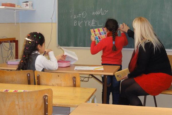 Malé Iračanky sa učia po slovensky. Takáto snímka by sa ešte pred pár mesiacmi nepodarila, učiteľka im nesmela siahnuť na ruku - na dotyky deti neboli zvyknuté, reagovali agresívne.