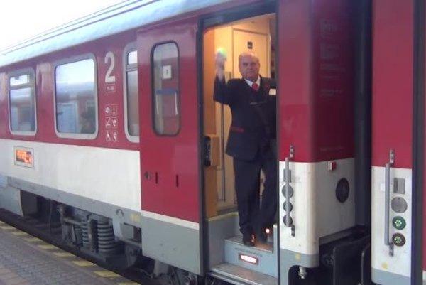 Železničná spoločnosť Slovensko (ZSSK) pridá počas sviatkov vozne do IC vlakov a vypraví 24 posilových vlakov.
