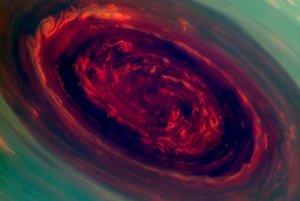 Búrka na severnom póle Saturnu vo falošných farbách má v priemere 2000 kilometrov. Oblaky sa v nej hýbu rýchlosťou až 150 metrov za sekundu.