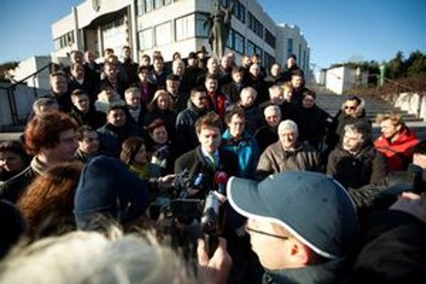 Obyčajní ľudia a nezávislé osobnosti pred budovu parlamentu počas brífingu hnutia.