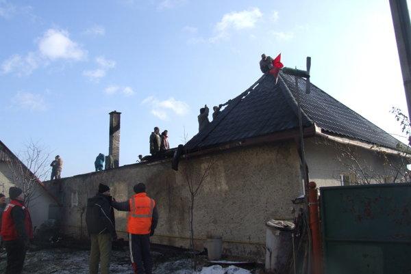 Pri požiari prišli manželia o strechu nad hlavou.