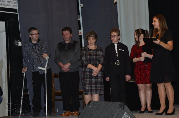 Rodina Nemčeková spoločne s Jarkom Királym počas benefičného koncertu.