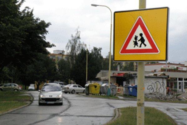 Značky upozorňujú vodičov na zvýšený pohyb detí.
