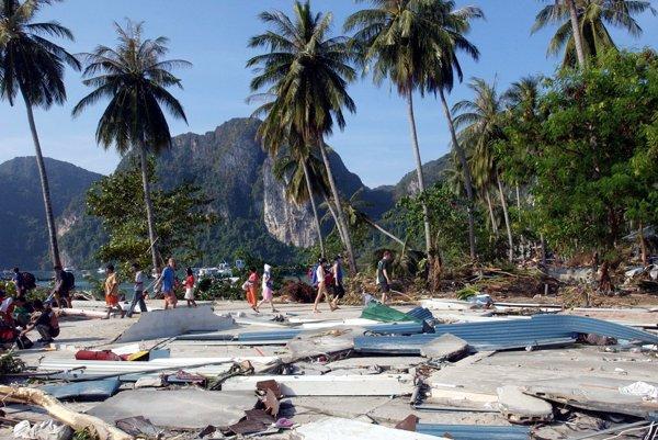 Zdevastovaná pláž na ostrove Phi-Phi v provincii Krabi na juhu Thajska počas silného zemetrasenia a vĺn cunami v roku 2004.