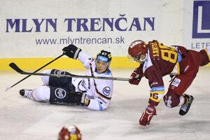 Ladislav Nagy z HC Košice (vľavo) padá po súboji s Vladimírom Lantošom.