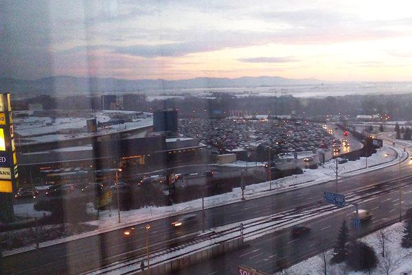 Optima včera. Zdá sa, že parkovisko nebolo také plné ani pred Vianocami.